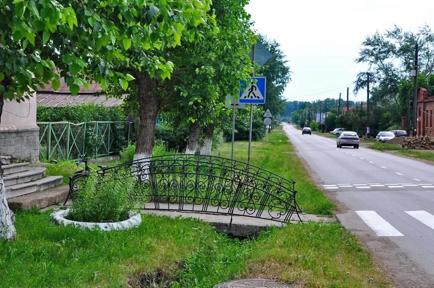 18. Центральную дорогу очень легко узнать по асфальту, газону и разметке.