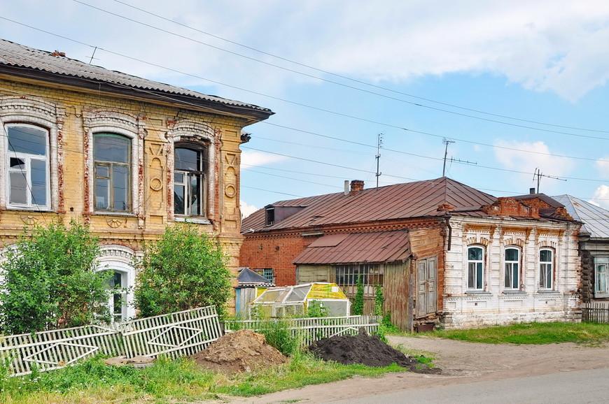 38. По пути выезда из города встречаются красивые домики, но уже в более худшем состоянии.