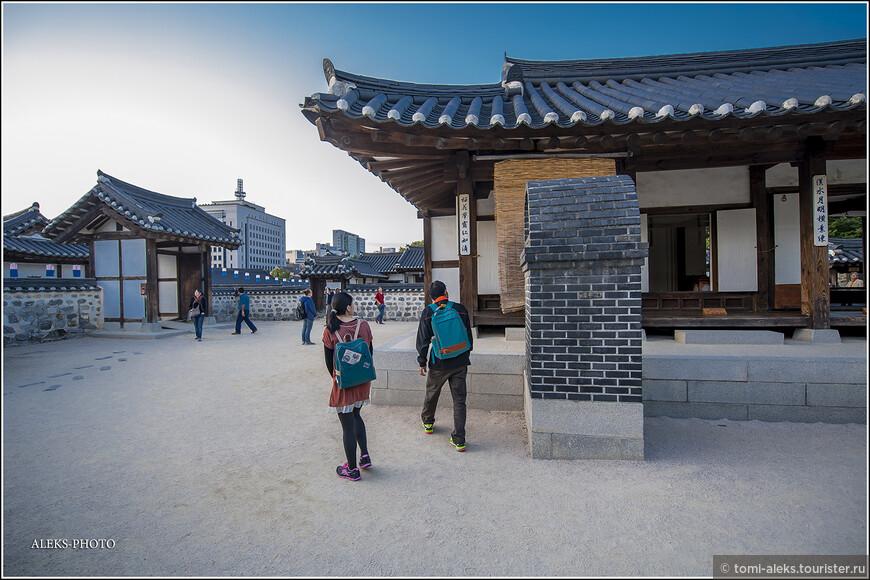На территории туристы рассматривают традиционные корейские дома. Давайте и мы посмотрим на все это попристальнее. Не забываем о том, что Сеул был разрушен войной. И здесь все - воссозданное.
