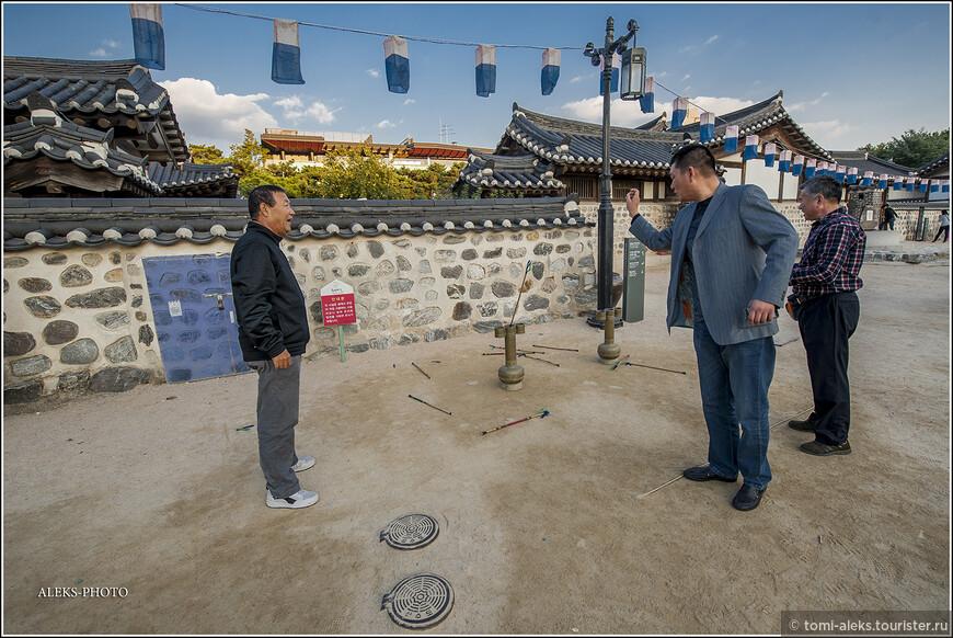 """Корейская народная игра """"тухо"""" - метание стрел. Не так-то просто попасть стрелой в отверстие. Корейцам нравится..."""