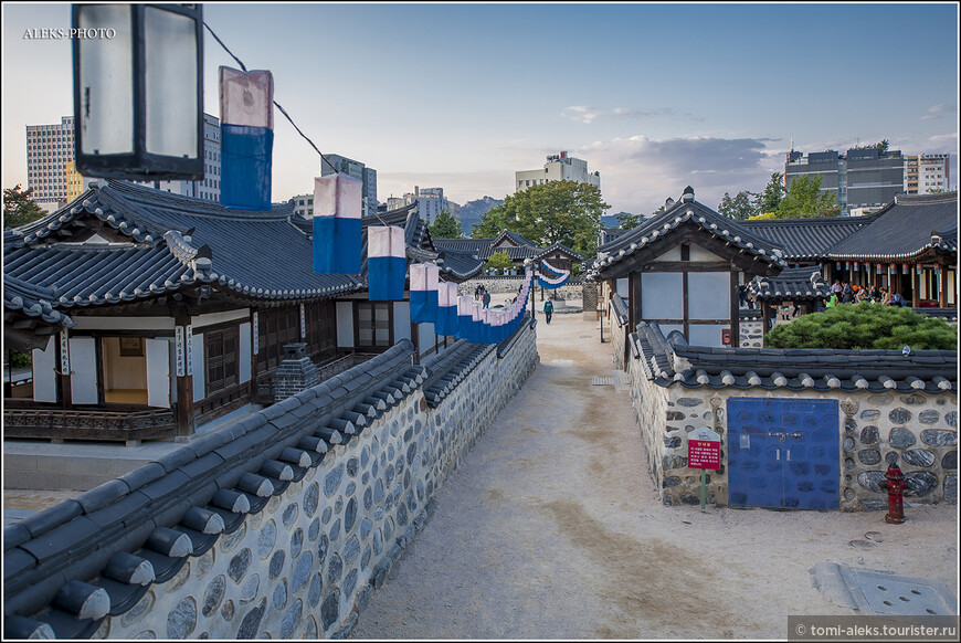 Все дома здесь представляют, как жили разные слои общества в эпоху правления династии Чосон.