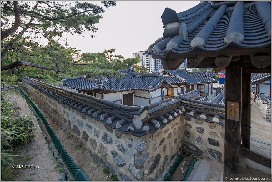 Деревня воссоздана в Сеуле на том самом месте, где она находилась раньше, в 1998 году. Так что все, что мы видим - это новодел... Но смотрится очень эффектно...