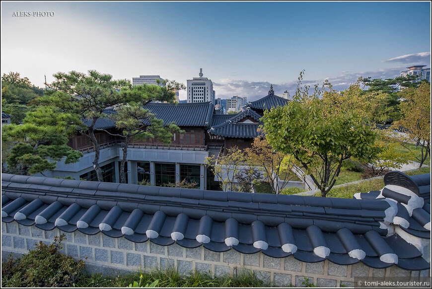 Интересно, что раньше на этом месте была военная база. Но правительство Сеула приняло решение восстановить парковые зоны с историческими постройками. Для туристов в мегаполисе - это находка...
