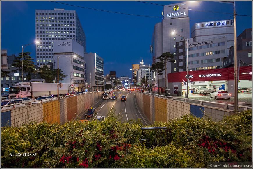 Когда выходишь из ханока на улицы Сеула - контраст разительный. Здесь царит современность...
