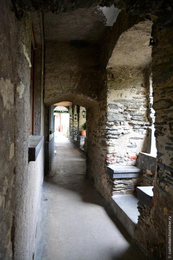 внутри городской стены