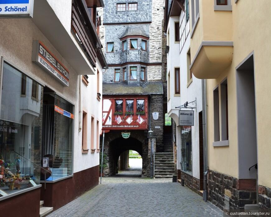 ворота в городской стене.. вообще городская стена продуктивно используется - в ней расположены ресторанчики, один отель (вроде бы), а также жилища людей!