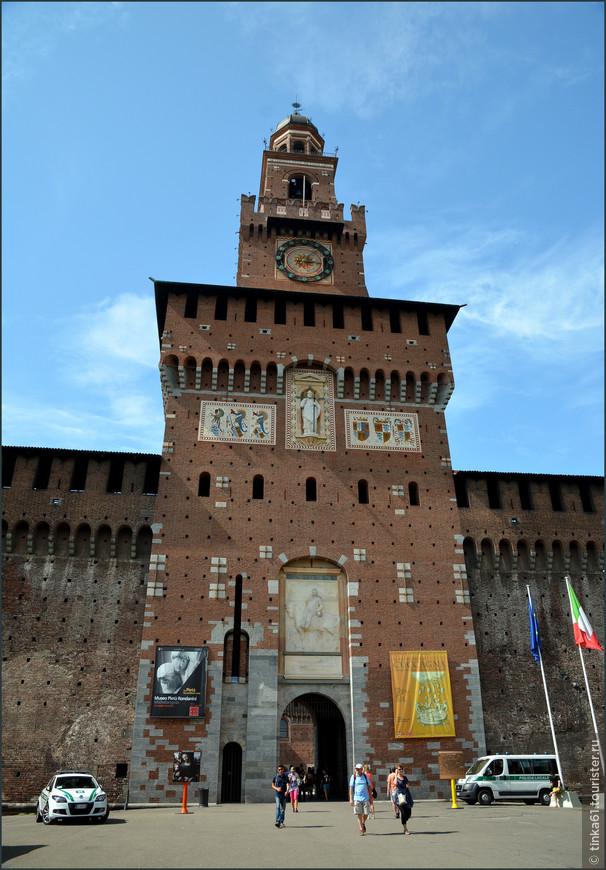 Башня Филарете это величественная многоуровневая постройка  высотой 70 метров. Главная башня замка украшена барельефом итальянского монарха Умберто I. Вершину первого яруса украшают геральдические фрески и изображение святого Амвросия, покровителя Милана.