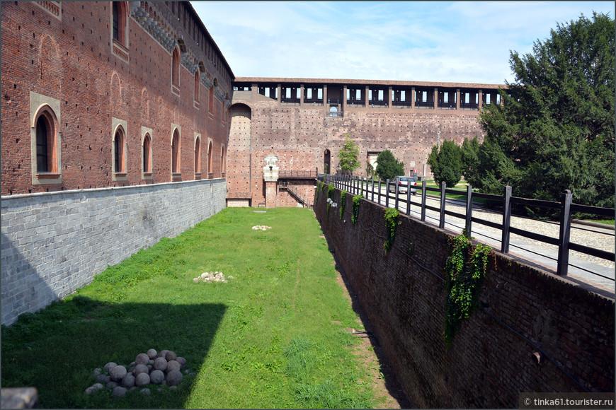 По периметру весь замок окружен системой рвов.
