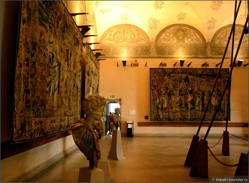 Целый зал отведён  красивейшим  старинным гобеленам ручной работы.