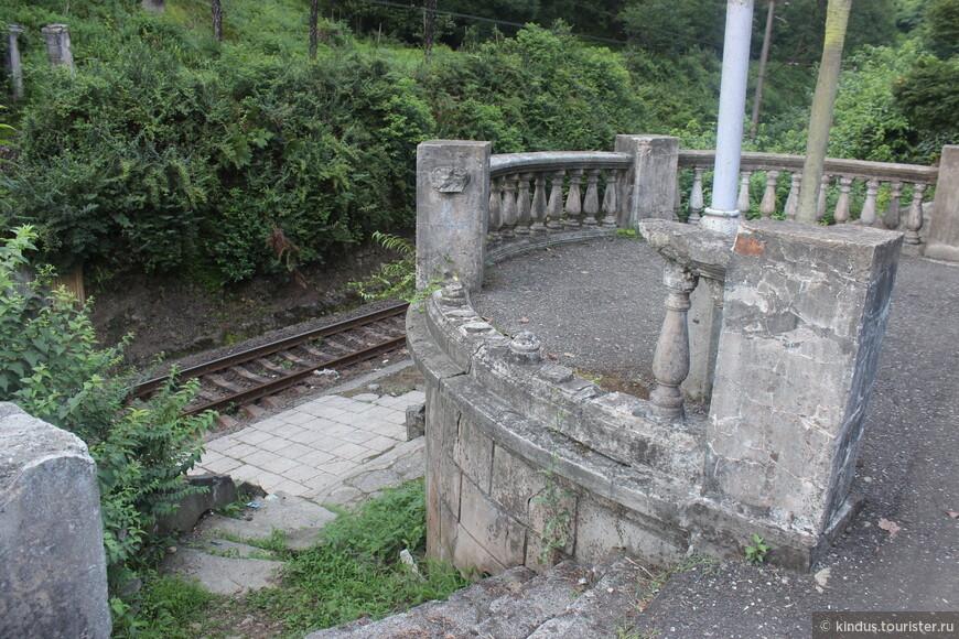 Наша экскурсия начинается с автомобильной стоянки у бывшей станции железной дороги. Такая винтажная разруха