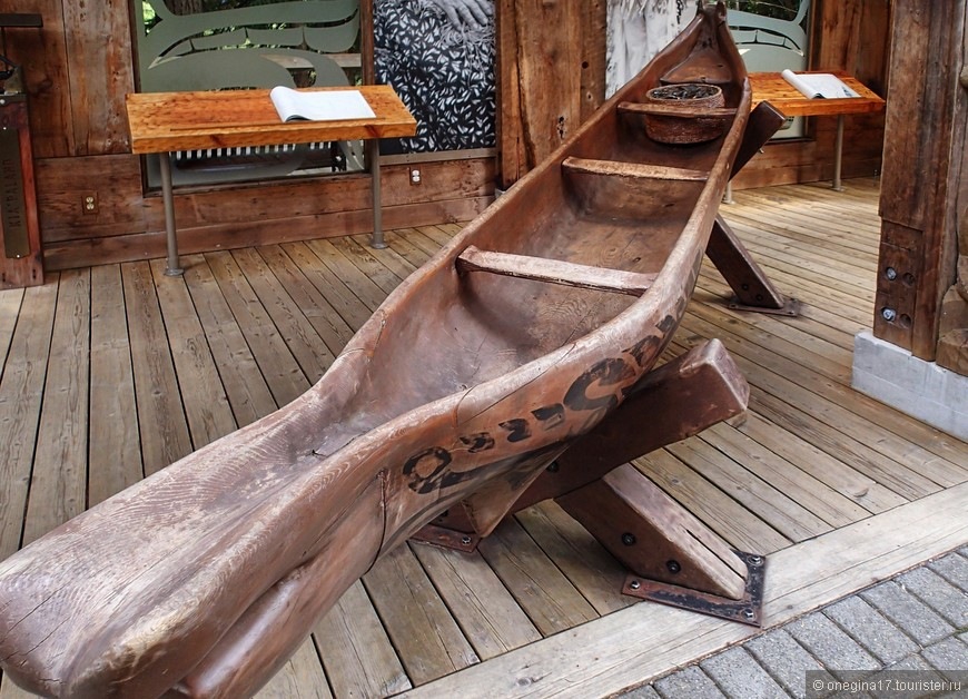 В парке есть небольшой музей быта племени сквомиш. А сам парк, мост и река названы в честь вождя этого племени - Капилано.