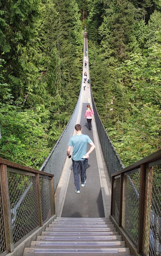 Мост Капилано. Самая знаменитая аттракция парка! Все стремятся пройти по этому мосту, попрыгав по дороге (если хватит смелости), сфотографироваться для истории и создать столпотворение и давку. Мы пришли к открытию парка, но застать мост пустым нам так и не удалось.