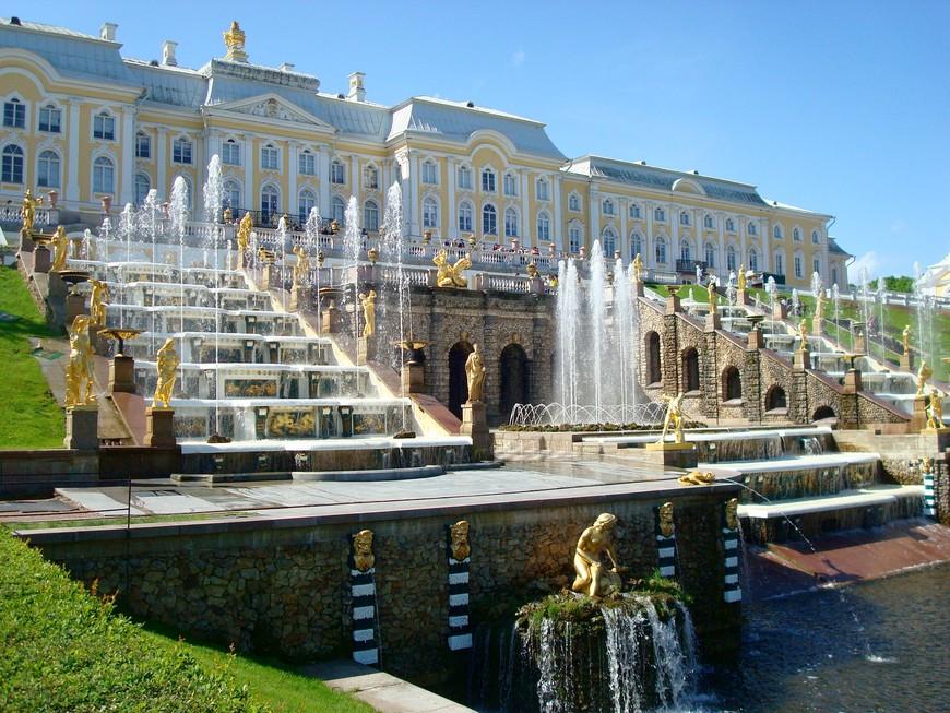 Замечательных фонтанов Удивляет красота, Их величие и прелесть, Воплощенная мечта.