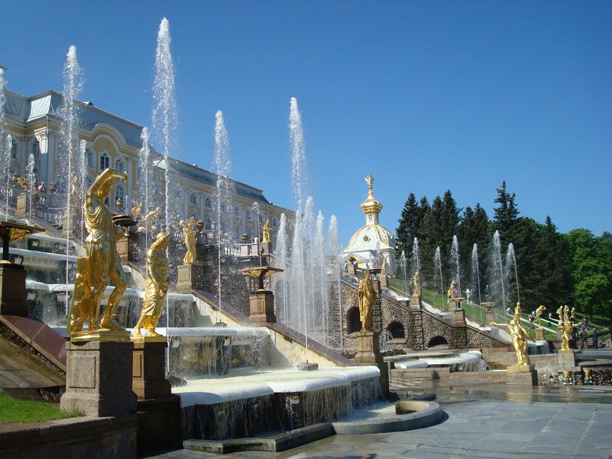 Там большой каскад фонтанов, Золотая там гора- Воплощение фантазий В них вложили мастера.