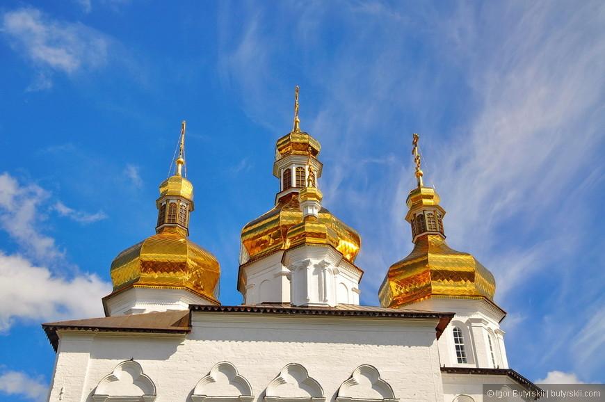 04. Отреставрированный монастырь блестит куполами. У него, как и у многих аналогичных мест, сложная история.