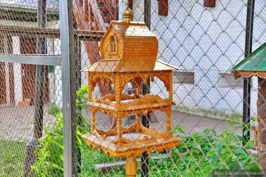 06. Прекрасная кормушка для птиц, жалко только, что в клетке.