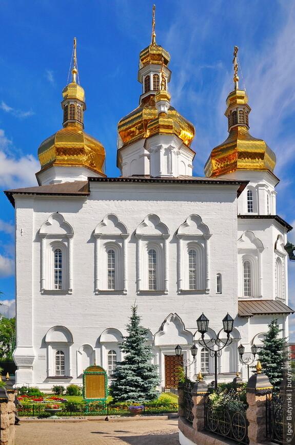 07. Троицкий собор, в архитектуре которого смешались и сибирские акценты и даже украинское барокко.