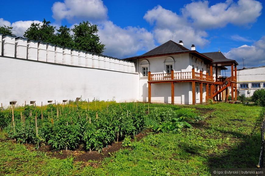 08. Больше всего мне понравилась ухоженная территория монастыря. Все организованно очень красиво.