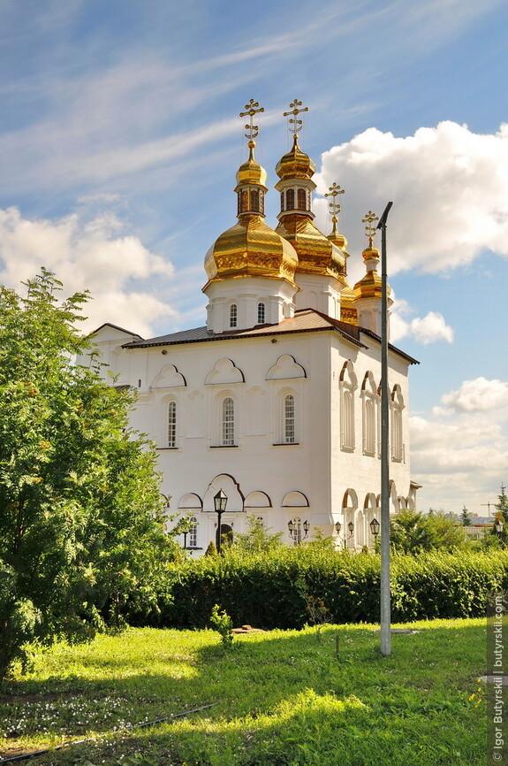 11. Территория монастыря не большая, и очень зеленая. Настоящий оазис в городской застройке.