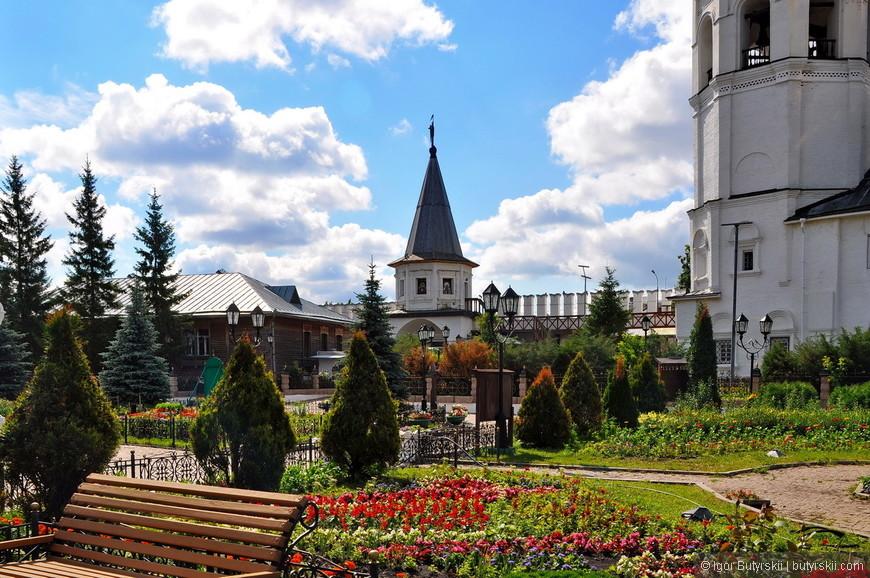 15. Улица на которой находится монастырь в советское время была переименована из Большой Монастырской в Коммунистическую.