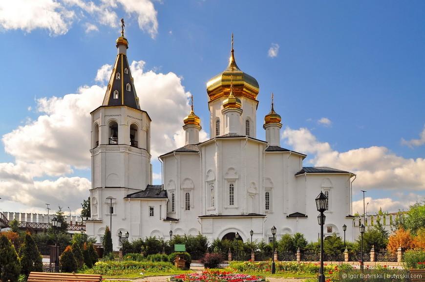 18. В день Святой Троицы 15 июня 2003 года совершено первое богослужение в отреставрированном Троицком соборе.