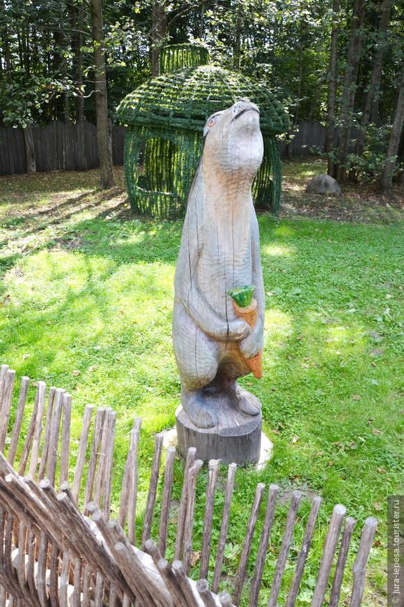 На территории резиденции в пуще множество скульптур сказочных персонажей. Многие из них такие забавные!