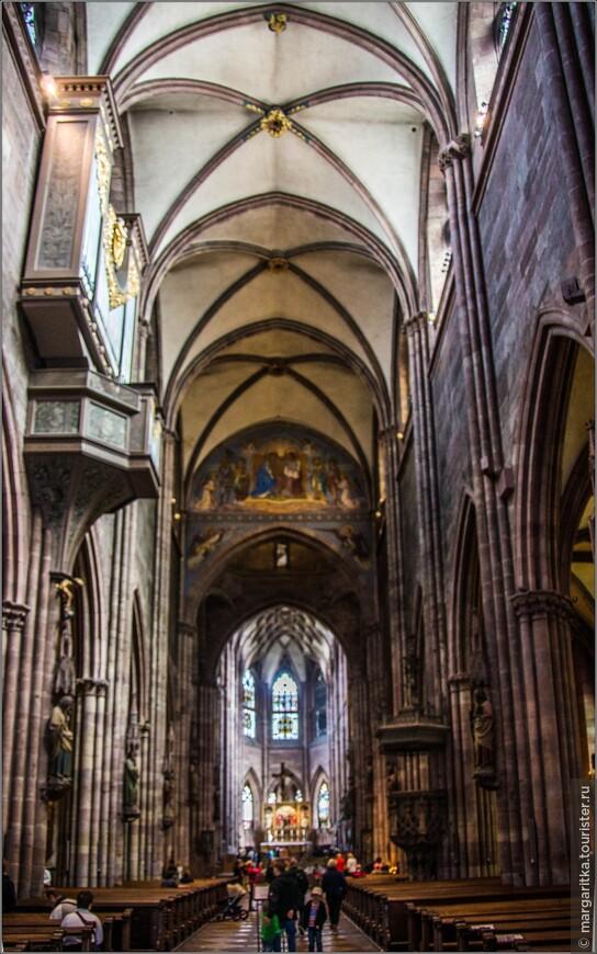 12 колонн собора украшены фигурами 12-ти Апостолов, выполненными выдающимися скульпторами Германии. Есть готическая скульптура  Девы Марии (1300 г.) и множество других бесценных произведений искусства, которые невозможно описать даже в многотомнике.