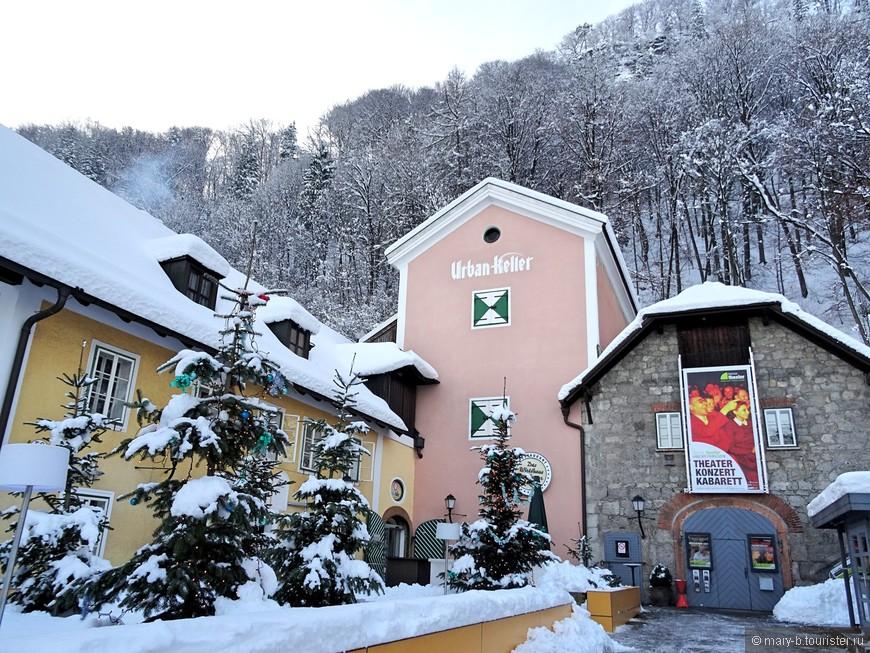 Нам очень повезло - в ночь нашего приезда Зальцбург покрылся чудесным пушистым снегом. Наша уютная улица.