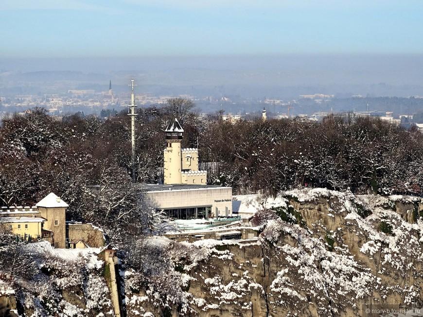 Это другая высокая точка города - гора Менхсберг, на которой расположен музей современного искусства и смотровая башня.