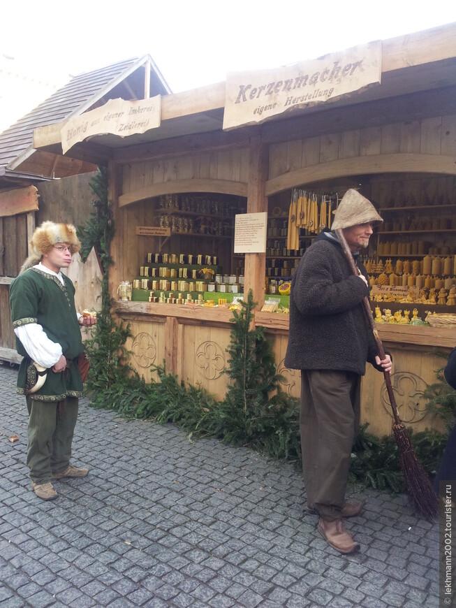 При входе на рынок посетителей встречает   торговец  мёдом  и продуктами пчеловодства. Из натурального воска на прилавке в изобилии свечи самых причудливых форм.