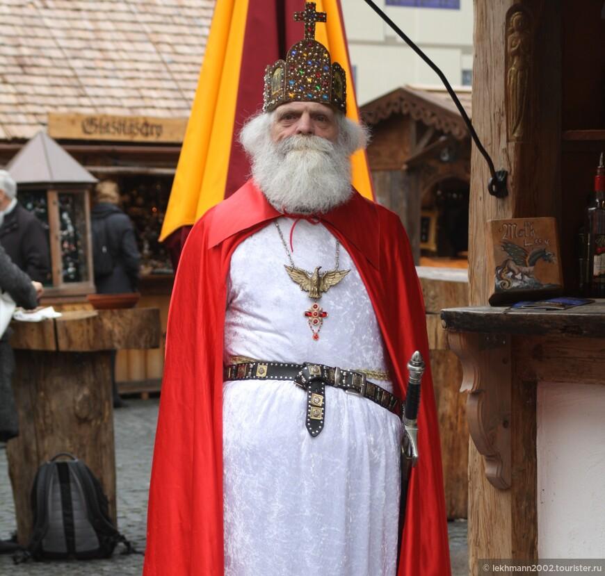 А вот и сам Святой Николаус,  имя которого и носил рынок первоначально: Nikolausdult.
