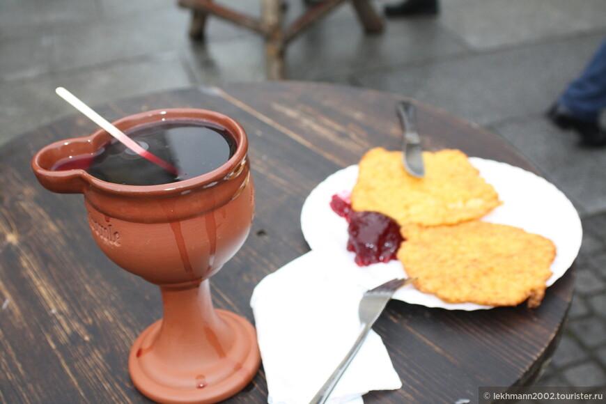 К этому напитку я взял попробовать Райбендатчи, а по-нашему  - картофельные драники с брусничным вареньем.
