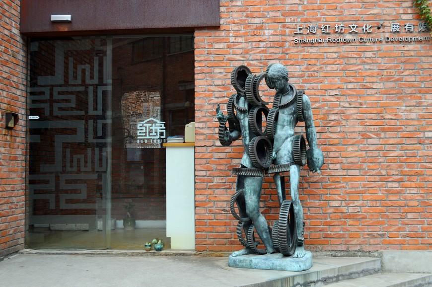 Двигаясь вдоль этой стены вы увидете офис Red Town с такой вот своеобразной фигурой Апполона на крыльце. Я в Red Town не входила.  Уже постфактум нашла в интернете информацию о том, как он выглядит внутри, и очень пожалела, что не заглянула в него (см. ссылку) -  http://www.etoday.ru/2011/07/ofis-red-town.php