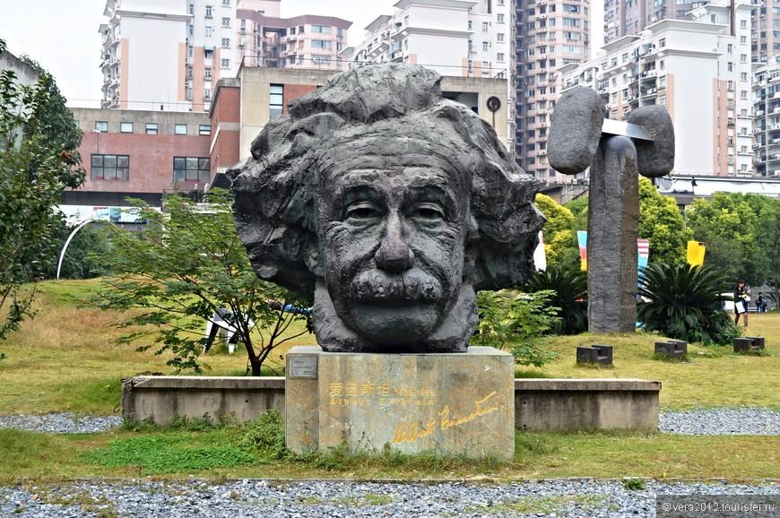При входе в собственно  Shanghai Sculpture Space, первое, что бросается в глаза – это, конечно же, голова Альберта Эйнштейна – визитная карточка этого места, тиражированная в интернете.