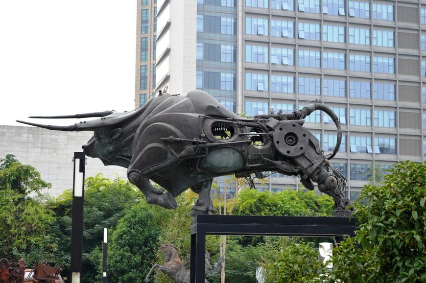 """Впечатлил """"механический"""" бык с двумя маленькими бычками в сквозных отверстиях в нем."""