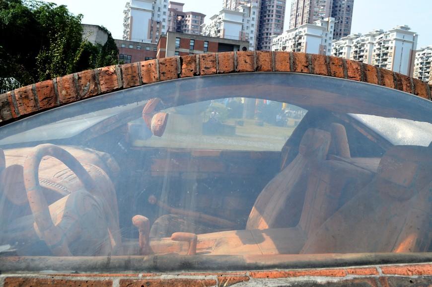 Даже салон машины сделан полностью из него. Я очень сожалела, что при мне не оказалось влажных салфеток, чтобы протереть стекла машины и сделать нормальный снимок «внутренностей» автомобиля.