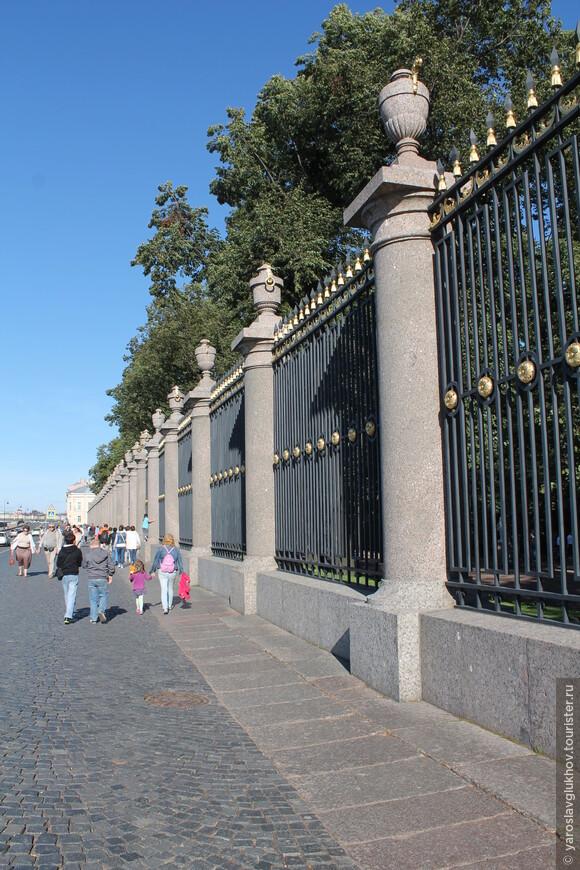 Изящная ограда Летнего сада на Дворцовой набережной.