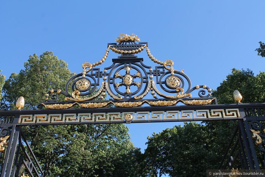 Ажурные украшения ограды, выходящей на Дворцовую набережную.