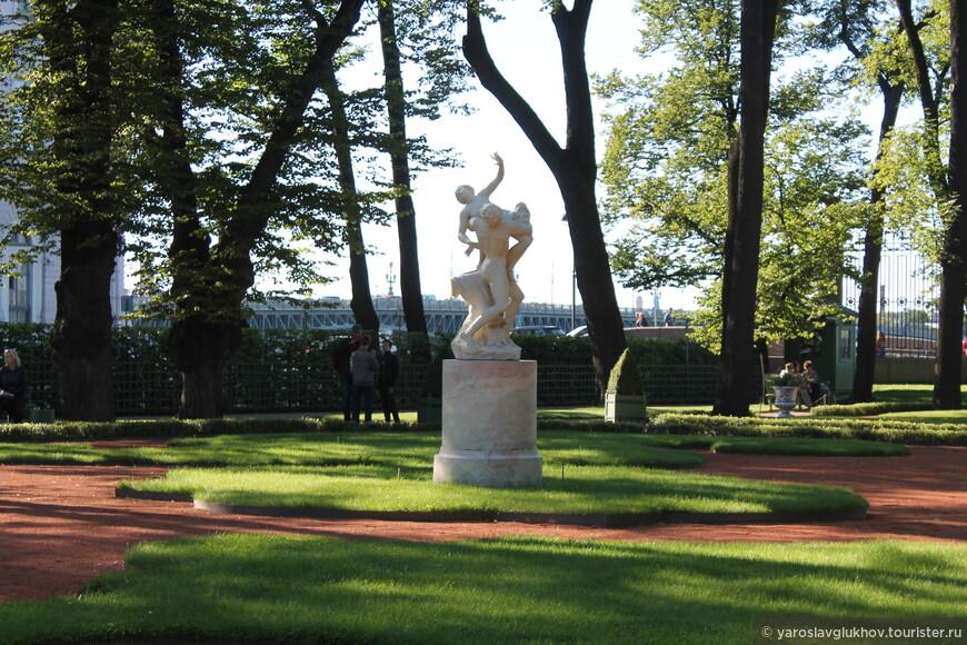 """Скульптурная композиция """"Похищение сабинянки"""" находится на территории Парадного партера Летнего сада."""