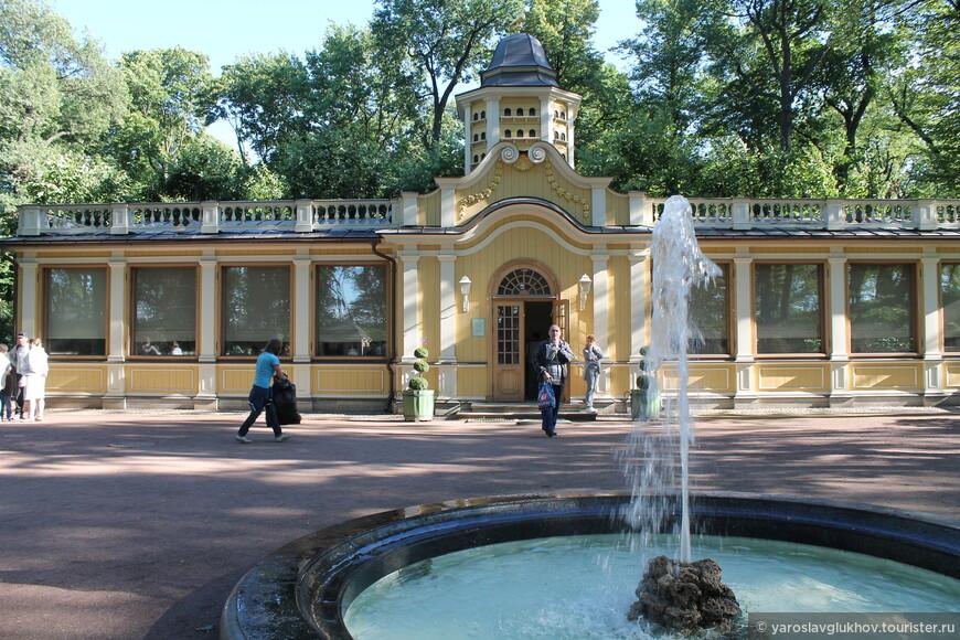 Голубятня и фонтан на Птичьем дворе.