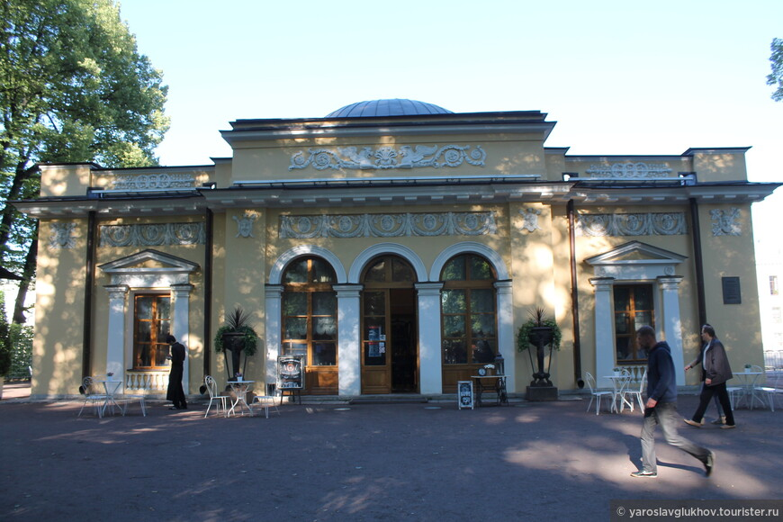 Кофейный домик, выходящий на Фонтанку. Здесь как-то проходила туристер-встреча Санкт-Петербурга.
