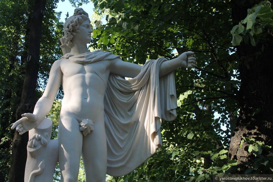 Одна из многочисленных скульптур Летнего сада.