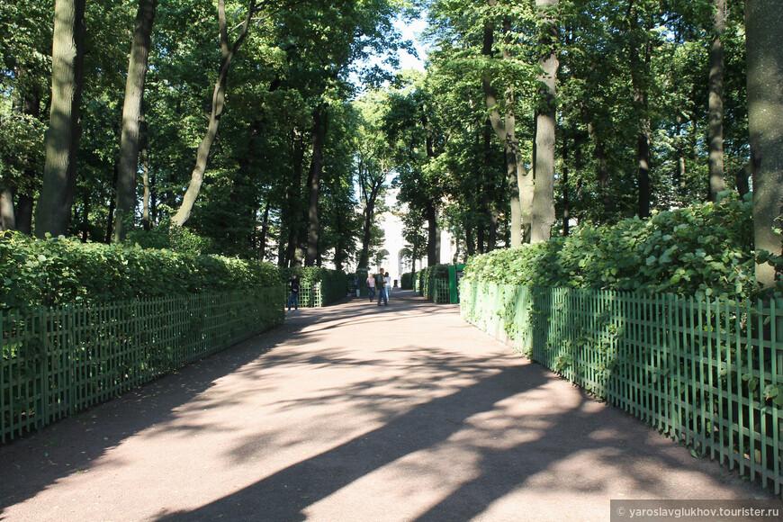 Очень приятно гулять по аллеям сада, рассматривая скульптуры, фонтаны и окружающие деревья.