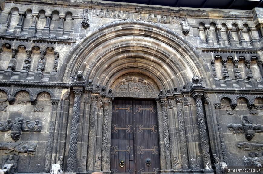 Шотландский портал на северной стороне – самый яркий элемент храма. Этот уникальный архитектурный памятник был создан в  XII веке.  Великолепный портал серого мрамора с колоннами и архивольтами сплошь покрыт резьбой по камню и рельефными украшениями.