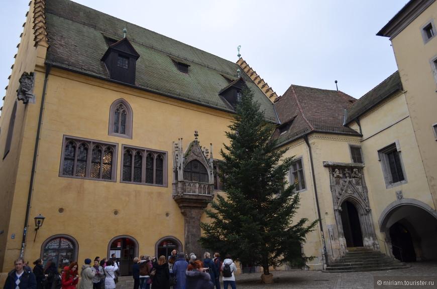 Старая ратуша находится на одноименной Ратушной площади, в историческом центре Регенсбурга.  В 13 веке на этом месте было построено четырехэтажное здание и башня, сохранившаяся до сих пор. Нынешнее здание было построено в конце 14 века, но оно несколько раз реконструировалось. Здание, после неоднократных перестроек, сочетает в себе элементы готического стиля, стиля эпохи Возрождения и барокко.  Сейчас в ратуше располагается Музей рейхстага и Музей пыток в подвальном помещении, использовавшемся как тюрьма