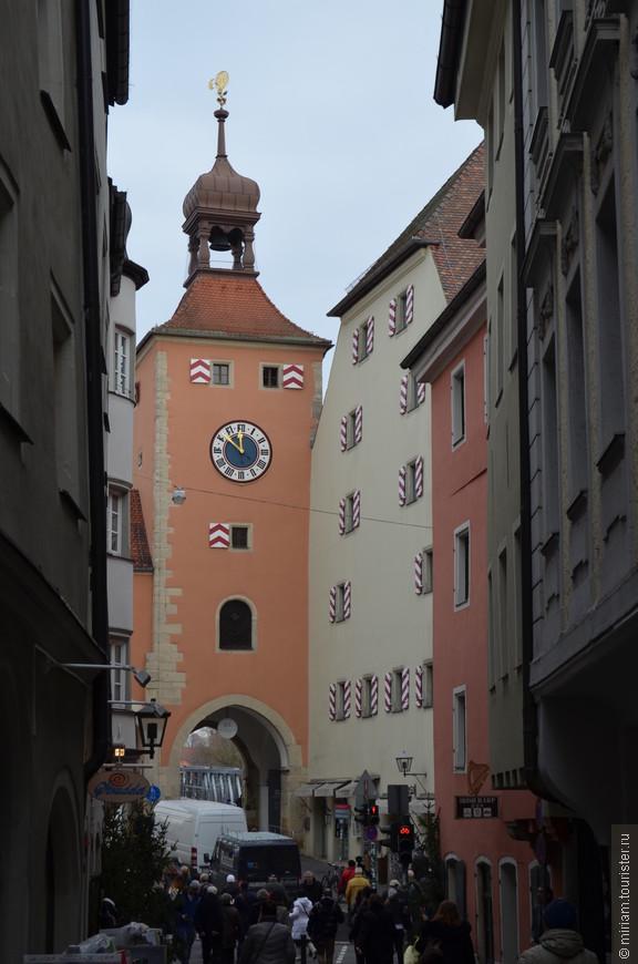 Часовая южная башня  Единственная сохранившаяся до наших дней оборонительная башня на Каменном мосту. Одно время башня использовалась как долговая тюрьма, сейчас она служит музеем.    На внешней стороне находится мерная линейка, показывающая уровень воды в Дунае в разные годы.