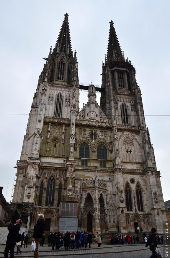 Кафедральный собор святого Петра находится в самом центре Регенсбурга, на Соборной площади, и по праву считается жемчужиной немецкой готики и важнейшим памятником готической архитектуры в Южной Германии.