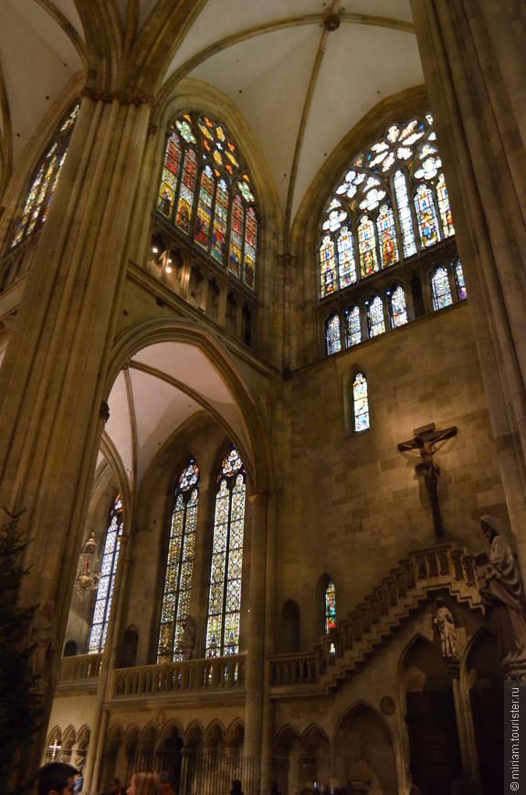 Большинство витражей собора было выполнено между 1220 и 1370 годами. Окна западного фасада были закончены лишь в 19 столетии.