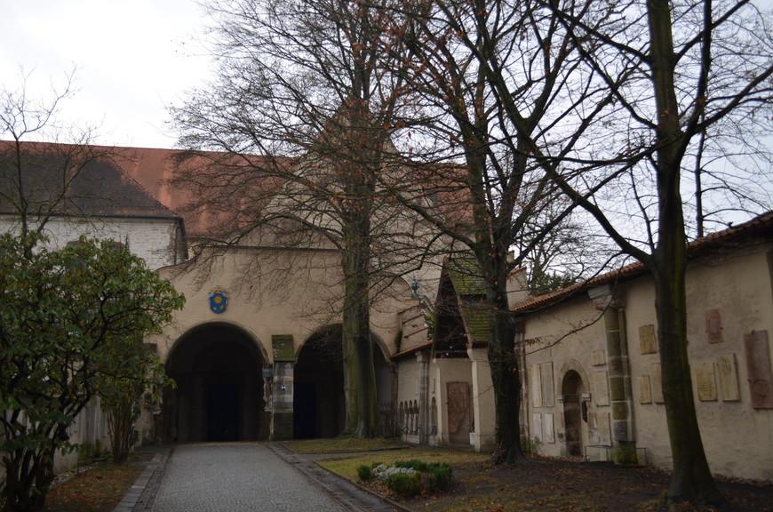 Церковь построена в 13 веке, она была сильно реконструирована в стиле барокко. Церковь примечательна как одна из немногих немецких церквей с отдельной колокольней.