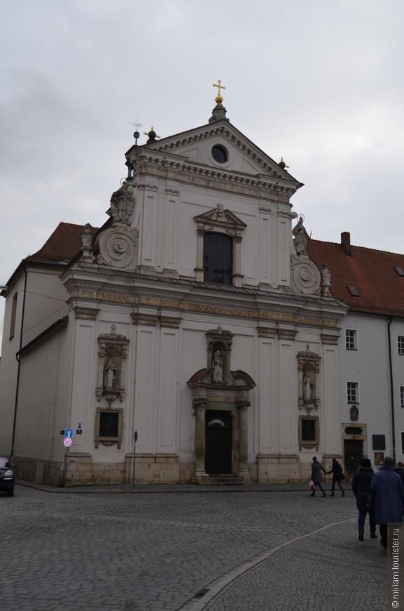 Главная церковь ордена босых кармелитов, её фасад, выходящий на Зерновую площадь, считается лучшим в городе образцом стиля барокко.